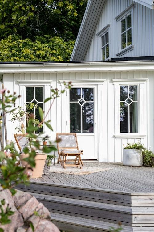 När Elin och Tobias tog över huset lade de nytt tak och satte in nya fönster för att skapa en äldre, mer lantlig känsla. Utemöbler, Elsa Form.