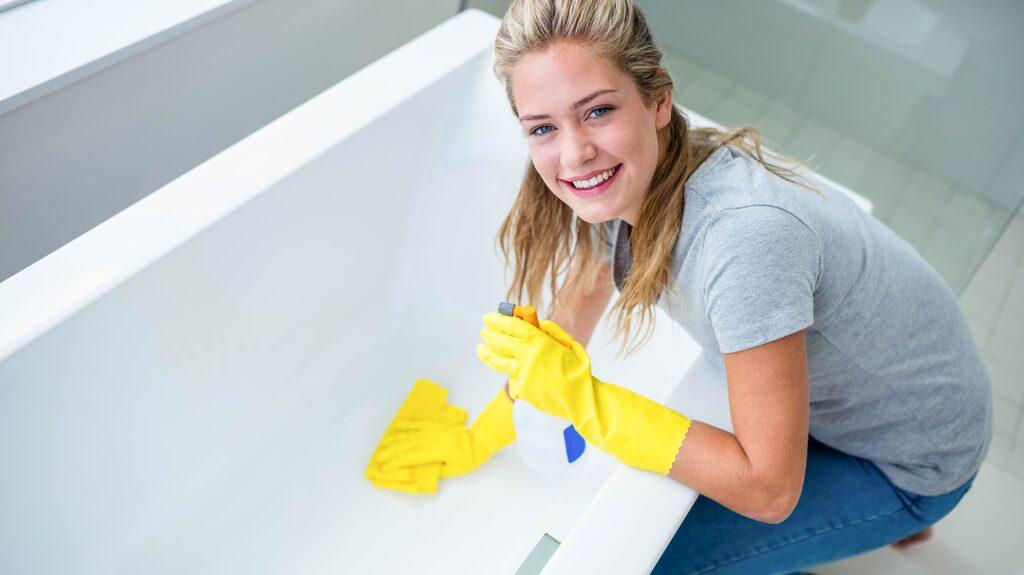 Istället för kemiskt rengöringsmedel går det utmärkt att städa badkaret med bikarbonat eller ättika. Du kommer bli förvånad över hur lätt smutsen försvinner!