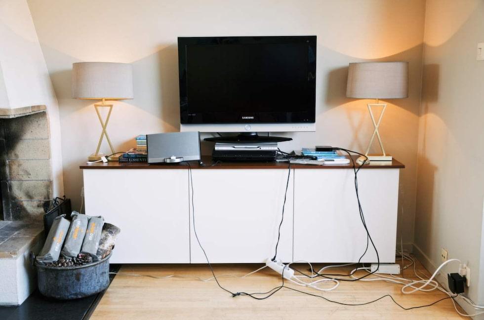 Tv-bänken är ett annat vanligt ställe i hemmet där sladdarna brukar skapa kaos.