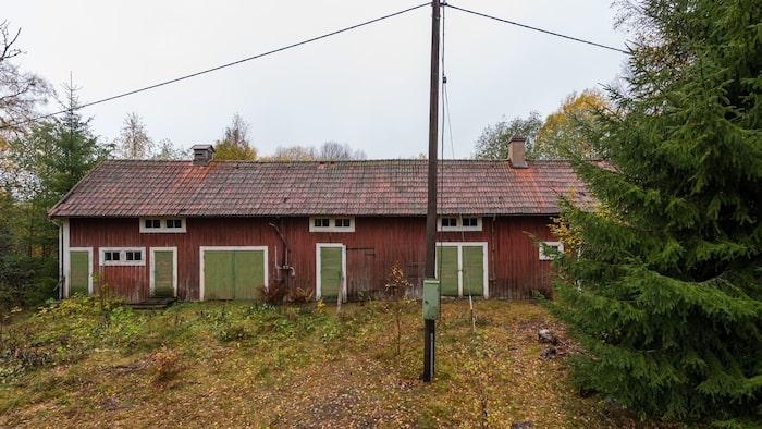 Uthuslängan är i något bättre skick men skulle behöva nytt tak då en del av det rasat in på baksidan.