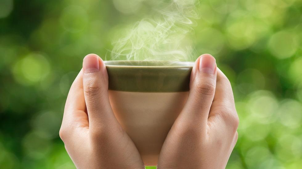 Pressad vitlök i varmt vatten sägs hjälpa mot halsont.