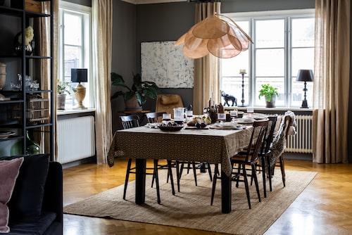 Runt bordet står stolar köpta på loppis. Lampan över bordet kommer från franska Georges Store. Alla gardiner är hemmasydda av linnetyg från Ikea.