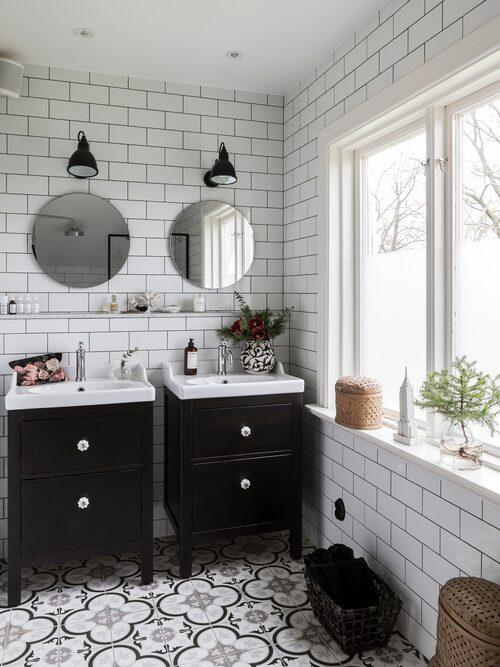 Badrummet är nyligen renoverat med klinkergolv i marockansk stil. Kommoder, Ikea. Speglar, House Doctor. Kakel, Stonefactory.