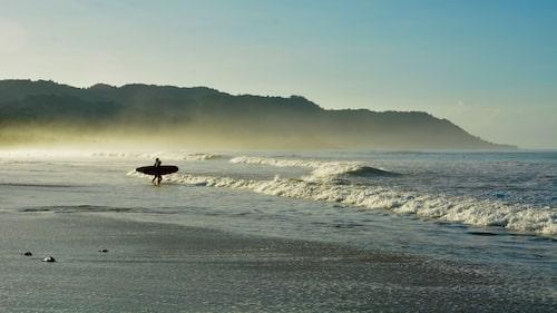 Surfare, som letar efter den perfekta vågen, hittar man på tidigt på morgnarna.