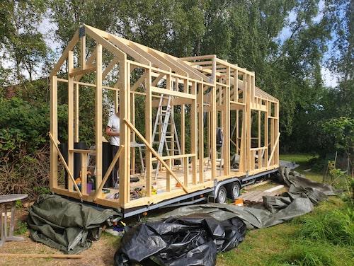 Bygget börjar ta fart på tomten till Jonathans mammas hus i södra Danmark.
