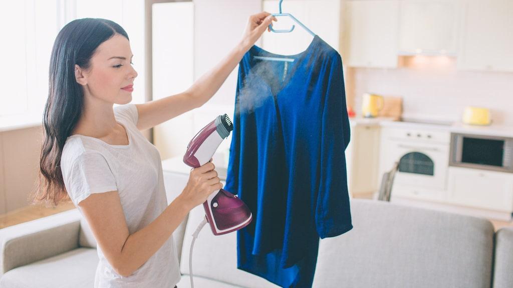 Till skillnad från vanliga strykjärn kräver en handhållen steamer, eller klädångare, inte någon skrymmande strykbräda. Istället kan man ånga skjortan direkt på galgen