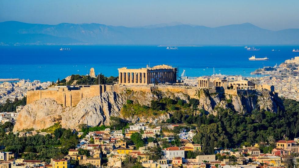 Akropolis med medelhavet i bakgrunden.