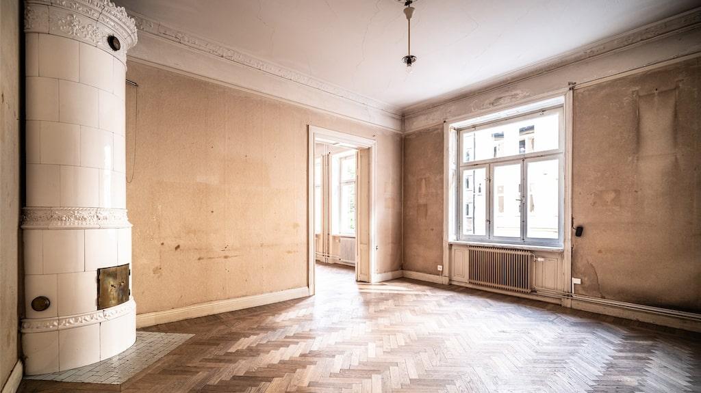 Våningen från 1903 är till salu för 7 295 000 kronor på Hemnet.