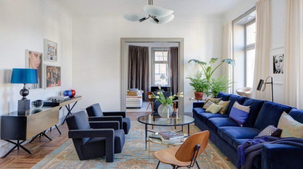 På Grevgatan i Stockholm ligger den här lägenheten som är till salu för 23, eller 26, miljoner. Priset varierar beroende på om du vill ha med inredningen eller inte.