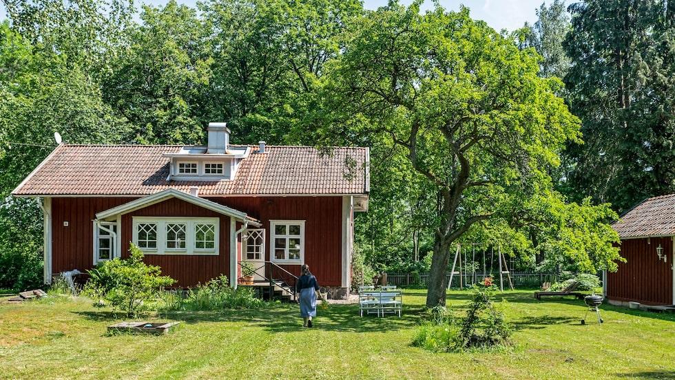 Telefonstationen i Förlösa byggdes under sent 1800-tal. De spröjsade fönstren har klarat sig bra. Trappräcket är byggt senare men i stil med originalet.