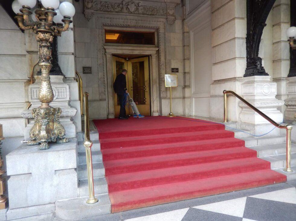 Röda mattan vid entrén måste hållas fin.