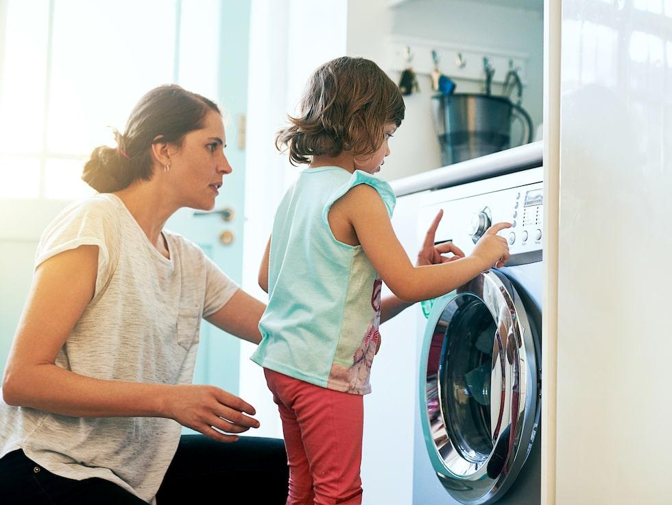 Många gör flera vanliga misstag när de tvättar sina sängkläder. Att köra dem på för hög temperatur och att låta dem ligga kvar i tvättmaskinen är två vanliga missar du borde undvika.