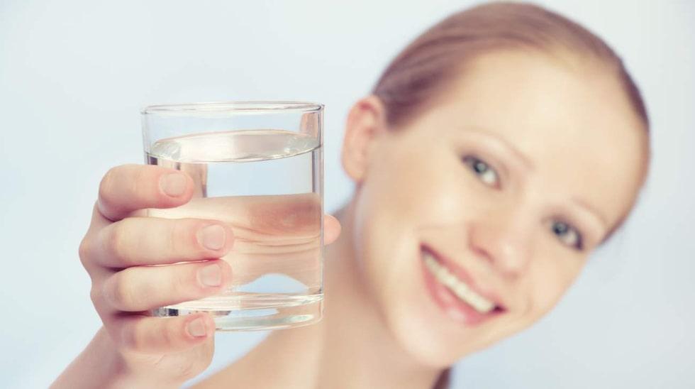 <p>9 glas vatten om dagen ska räcka.</p>