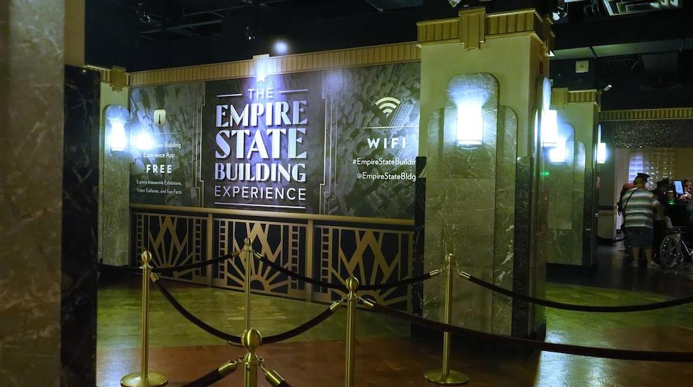 Lobbyn i Empire State Building. Glöm inte att köpa biljetter via nätet, för att slippa köa flera gånger.