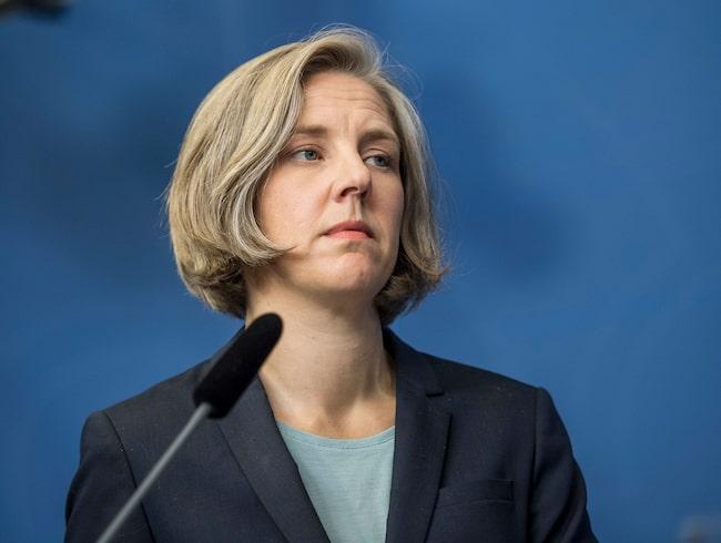 Miljöminister Karolina Skog (MP) är kritisk till biltillverkarnas utsläppstester.