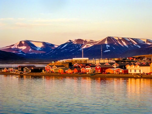I Longyearbyen vid Svalbard kan du njuta av det fantastiska naturfenomenet.