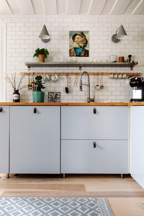 Köket är ganska nygjort, med inredning från Ikea. Lamporna över bänken, Ellos.
