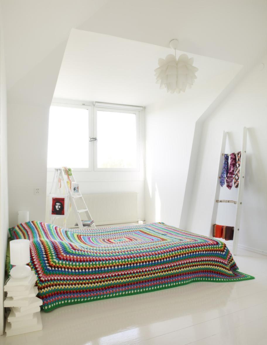 Sov gott. Sovrummet har en enkel inredning och domineras av den gigantiska mormorsrutan som överkast.