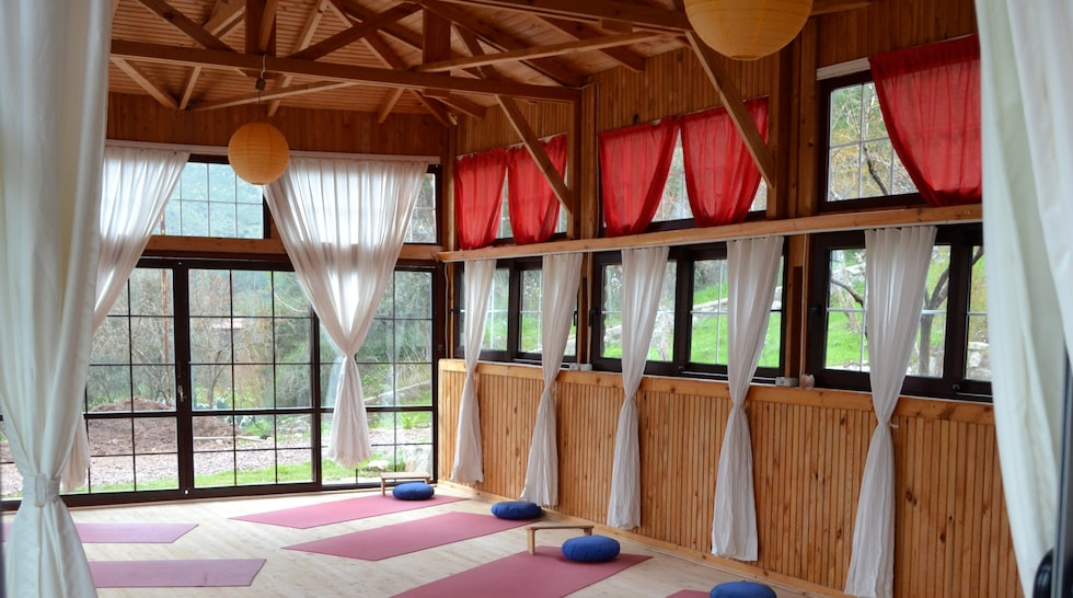 Det finns tre yogasalar i området.