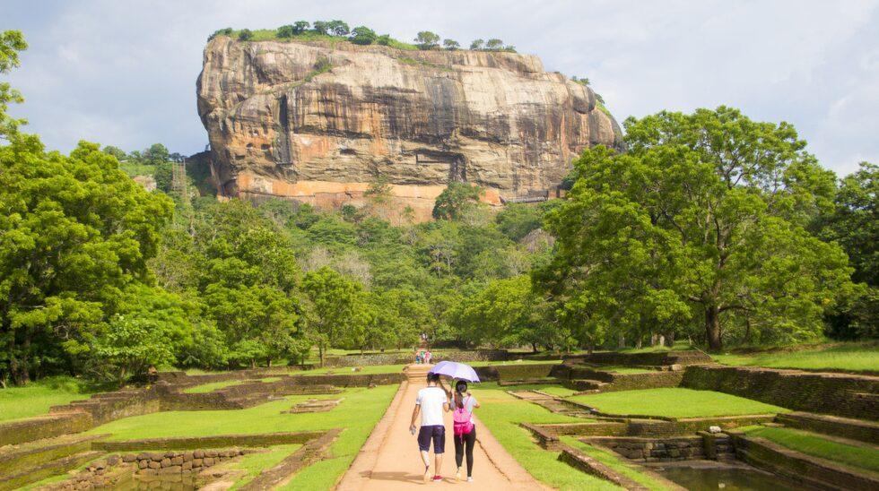 Lejonklippan Sigiriya reser sig 200 meter över slätten.