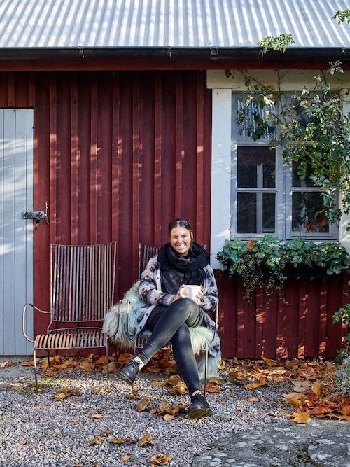 Anna har drömt om att få bo i det röda huset sedan hon var barn och nu år det äntligen hennes. Trädgårdsstolar, från Olsson & Jensen.