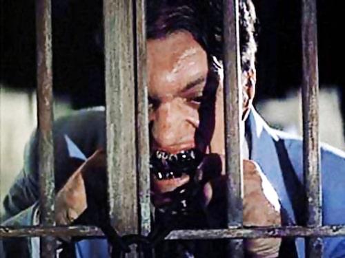 """Jaws (Richard Kiel) får något att bita i, ur """"Älskade spion""""."""