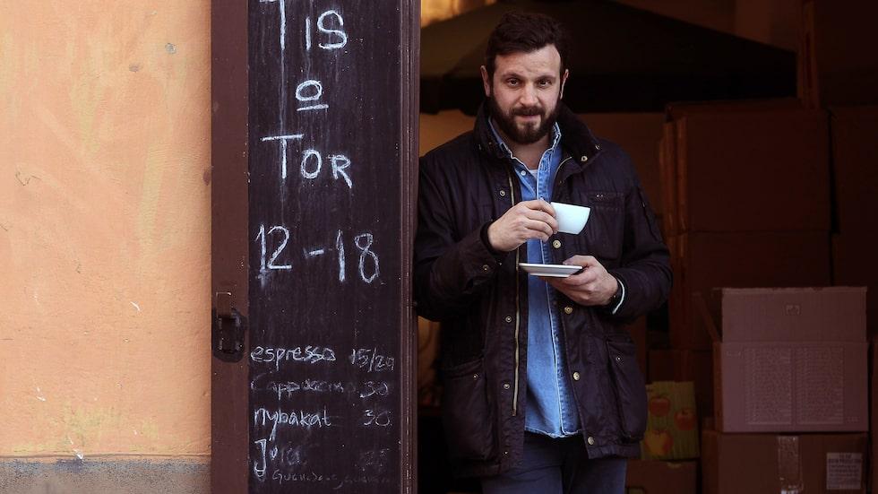 Joel Spira på Enrico's café & vinbar på Råstavägen i Solna. Sedan intervjun har hans stammishak flyttat 300 meter till Stråket 3.