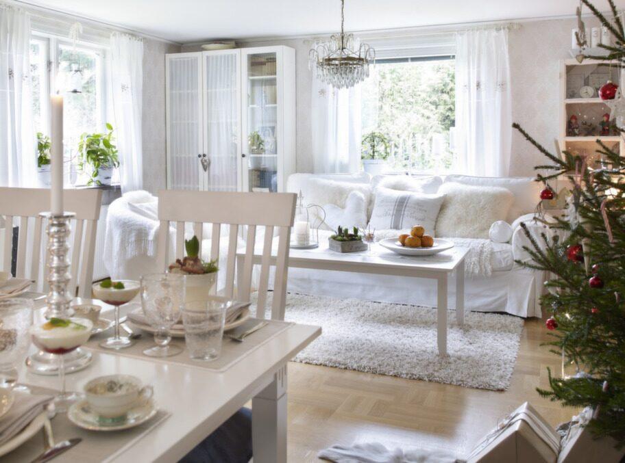 VARDAGSRUM. Vardagsrummet är ett traditionellt rum med matsalsdel och soffdel. Inrett i krispigt vitt. Här får de varma plädarna skapa stämningen.