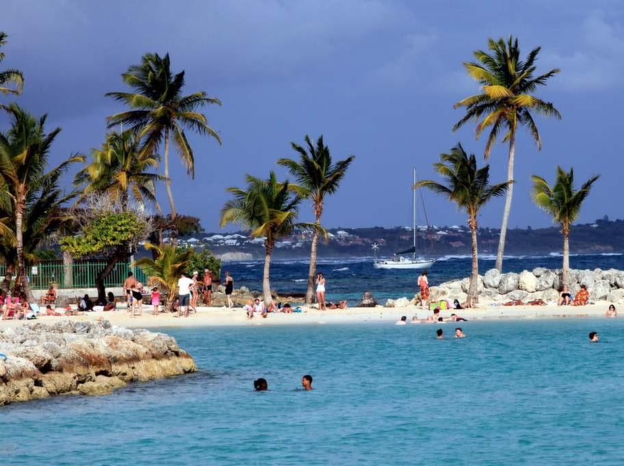 Fina vita stranden Saint-Anne på Guadeloupe.