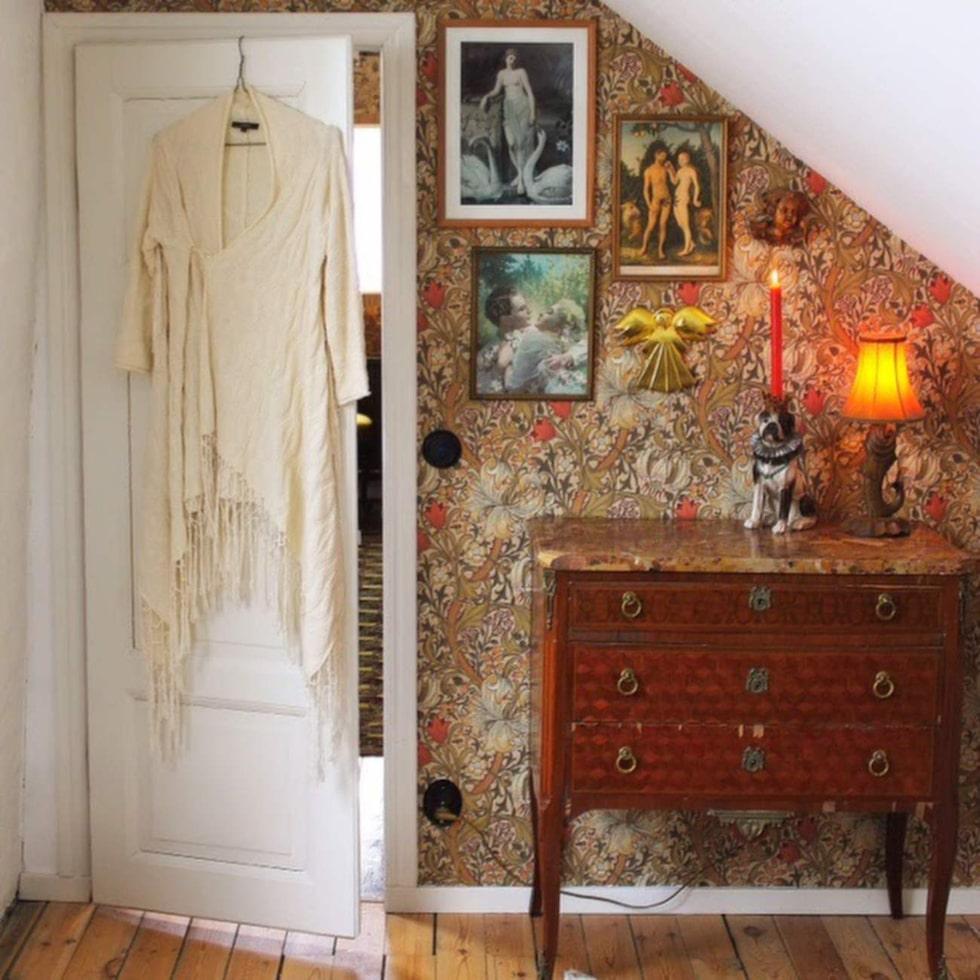 Och efter! Byrån är inropad på auktion, och tapeten Golden Lily från William Morris.