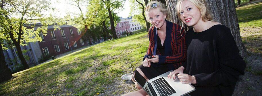 """Anna Persson, 25, och Elin Helmersson, 20, från Stockholm pluggar tillsammans i Observatorielunden: """"Jag använder Iphone och hotelldator. Jag brukar stänga av datatrafiken till telefonen, men egentligen så använder jag inte internet så mycket på semestern"""", säger Elin Helmersson. """"När man kollar på internet så är det för att få tips på vad man ska göra, när man har en Iphone tar man inte med sin dator"""", säger Anna Persson."""