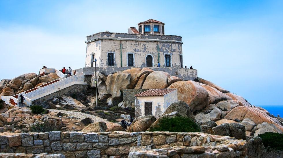 Längst ut på udden vid Santa Teresa di Gallura ligger Capo Testa och den gamla fyren.