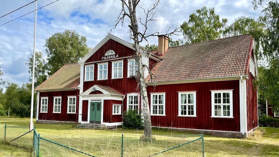 Skolan användes senast som skola för elever med särskilda behov, men för omkring 15 år sedan sålde kommunen fastigheten och sedan dess har det varit tomt här.