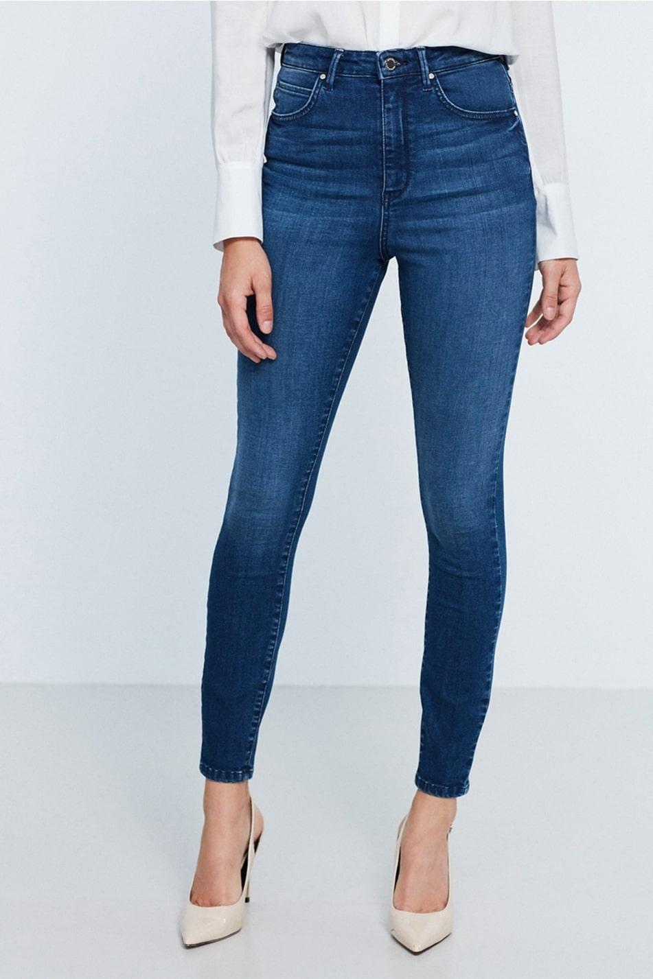 Extra stretch runt höfterna.  Gina curve är av femficksmodell och har smal passform ända ner till ankeln. Jeans med hög midja i en stretchig modell med extra stretch runt höfterna, 499 kronor, Gina Tricot.