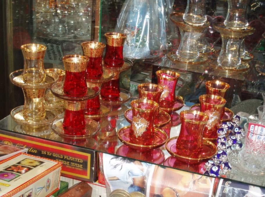 Det turkiska, svarta teet smakar absolut godast i de traditionella tulpanformade glasen. Drick ett, två, tre... ja, hur många glas som helst!