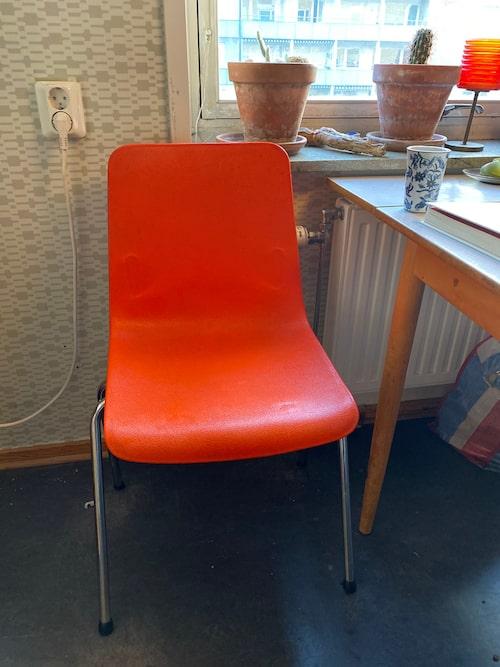 Frihet. I den klassiska knallorange 70-talsstolen unnar sig John Taylor att dricka kaffe och läsa en bok i lugn och ro varje morgon. Utanför köksfönstret syns gamla Malmö IP, en gammal kyrka och Pildammsparken.