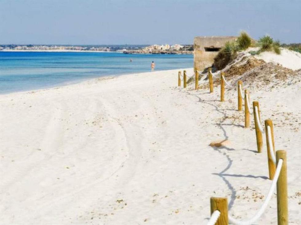 Stranden Es Trenc på Mallorca är populär bland badare som gärna kastar kläderna.
