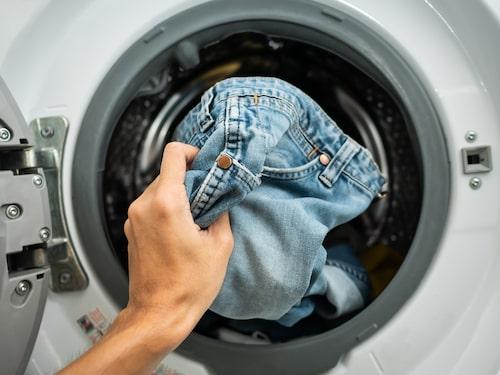 """Töm fickor, stäng dragkedjor och """"bädda in"""" hårda detaljer på plagg innan du lägger dem i maskinen."""