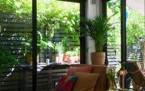 I uterummet har Christer Björkman skapat sig sitt eget hemmakontor.