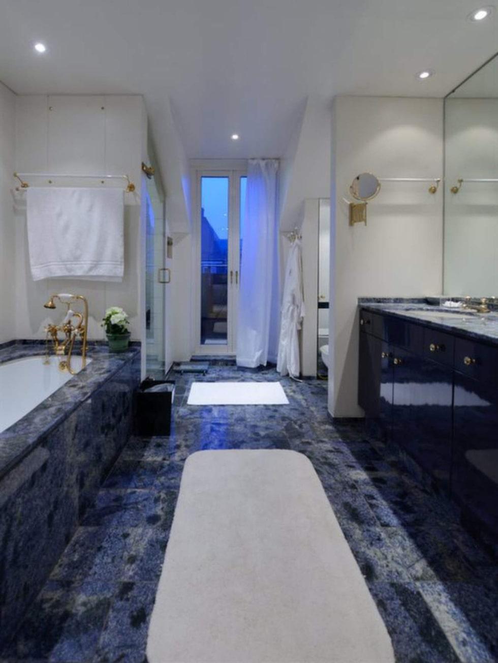 Badrum med blå brasiliansk granit.