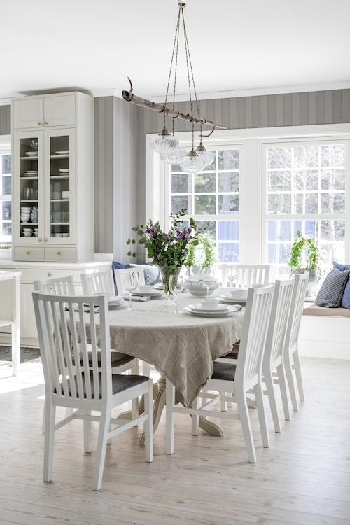 Den ljusa och härliga matplatsen är möblerad med ett generöst bord köpt på Blocket, stolar från Ikea och duk, Himla.
