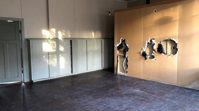 I de väggfasta skåpen förvarades elevernas och lärarens material.