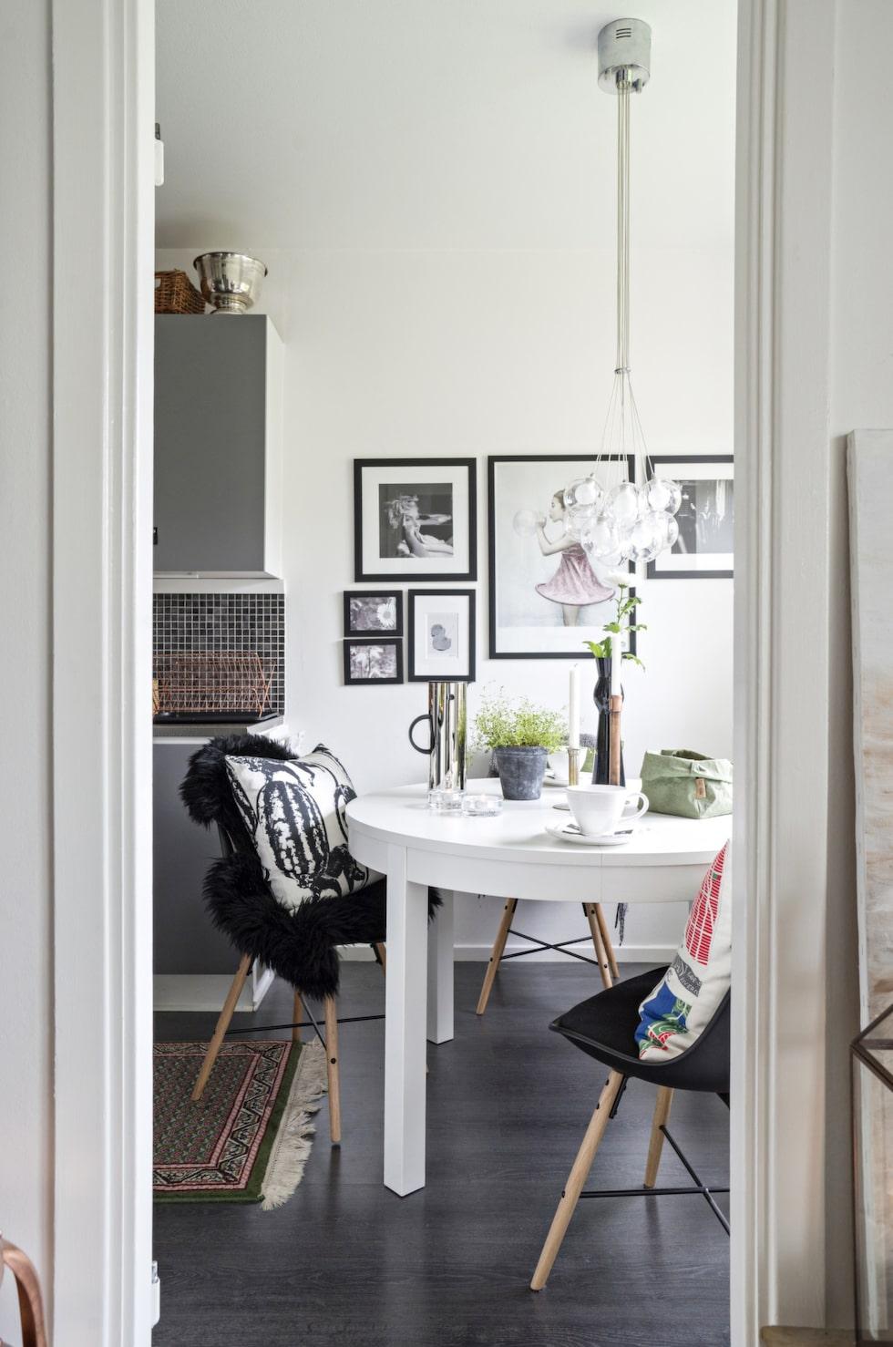 Matplatsen har inretts med bekväma stolar fyllda med kuddar och plädar i härliga färger. Det vita bordet kommer från Ikea, stolarna från Jysk, taklampan från The sofa store. Tavlor från Fotografiska och Mio, samt egna svartvita fotografier.