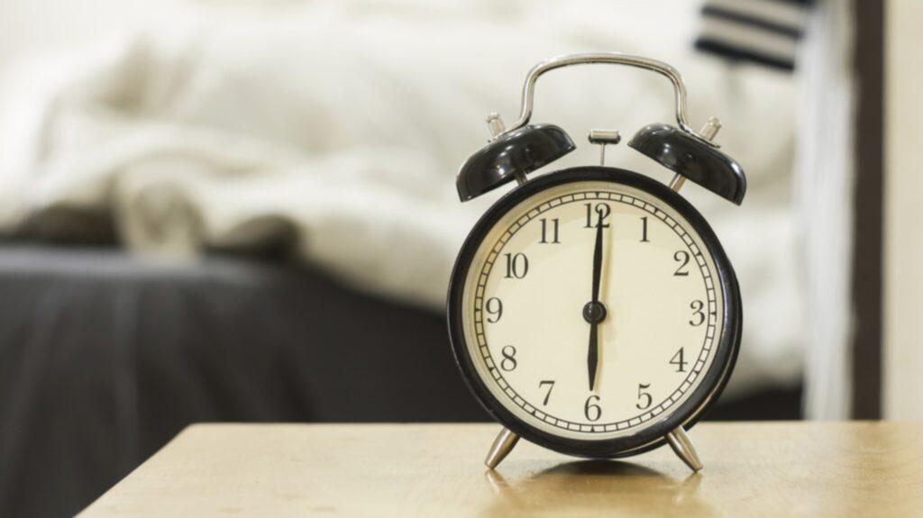 Att ha väckarklockan precis intill sig är ingen bra idé.