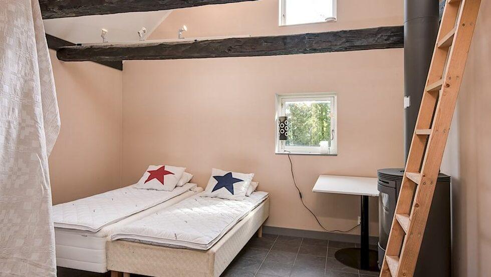 Sovrum i personalbostaden eller det egna boendet om man vill.