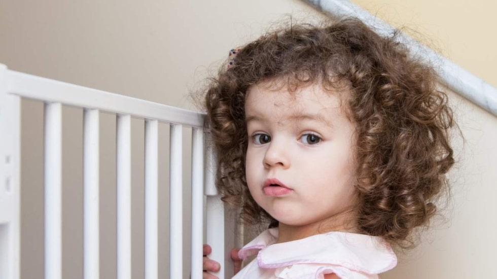 En grind i trappan är ett måste för små barn som snabbt tar sig fram.