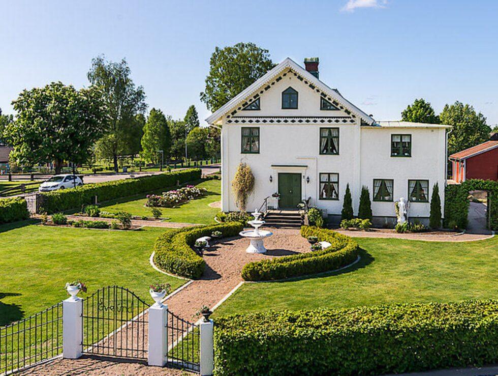 Villa Evelund är namnet på en villa i Hovmantorp som mer påminner om ett mindre slott eller herrgård.