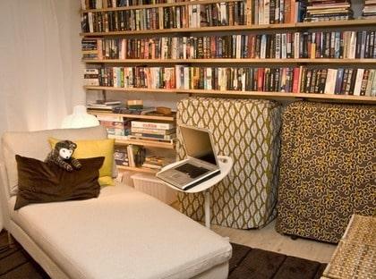Förvaring. På ena kortväggen fick alla böcker och spel plats i hyllorna. Extrasängarna fick nya tygöverdrag av metervara Patricia, Ikea, och blev riktigt dekorativa. Soffa, schäslong och fotpallar Karlstad, Ikea, ger många sköna sittplatser. Bra belysning och laptopbord Dave, Ikea, passar också in.
