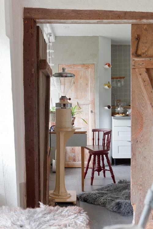 Från aleljén kommer man direkt in i köket. I den mysiga hörnan intill skafferiet står en gammal kaffekvarn som tidigare stått i en lanthandel.
