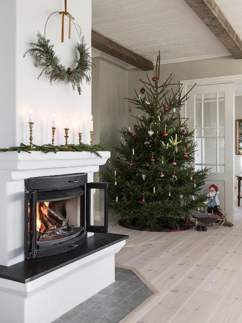 Eldstaden är murad på plats med en kamin från Jøtul som värmer gott i rummet och skapar en gedigen känsla.